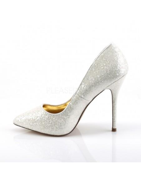 Elegantes zapatos recubiertos de purpurina con punta fina y tacón de aguja