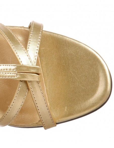 Sandalia abierta atada a la pierna
