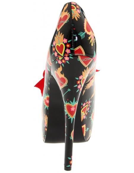 Zapato retro decorado con corazones y lazo en satén